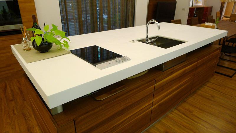 アイランドキッチンに人工大理石を使用し、清潔感のあるキッチンに仕上げました
